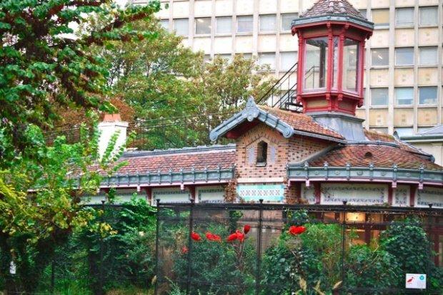 Menagerie building behind ibis le jardin des plantes for Restaurant jardin des plantes paris