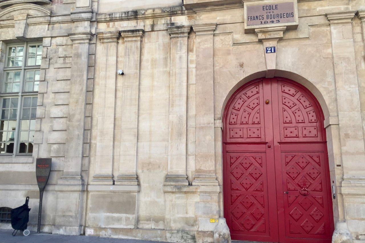 facade view of Hôtel de Mayenne Rue de Rivoli and a Philippe Starck history marker