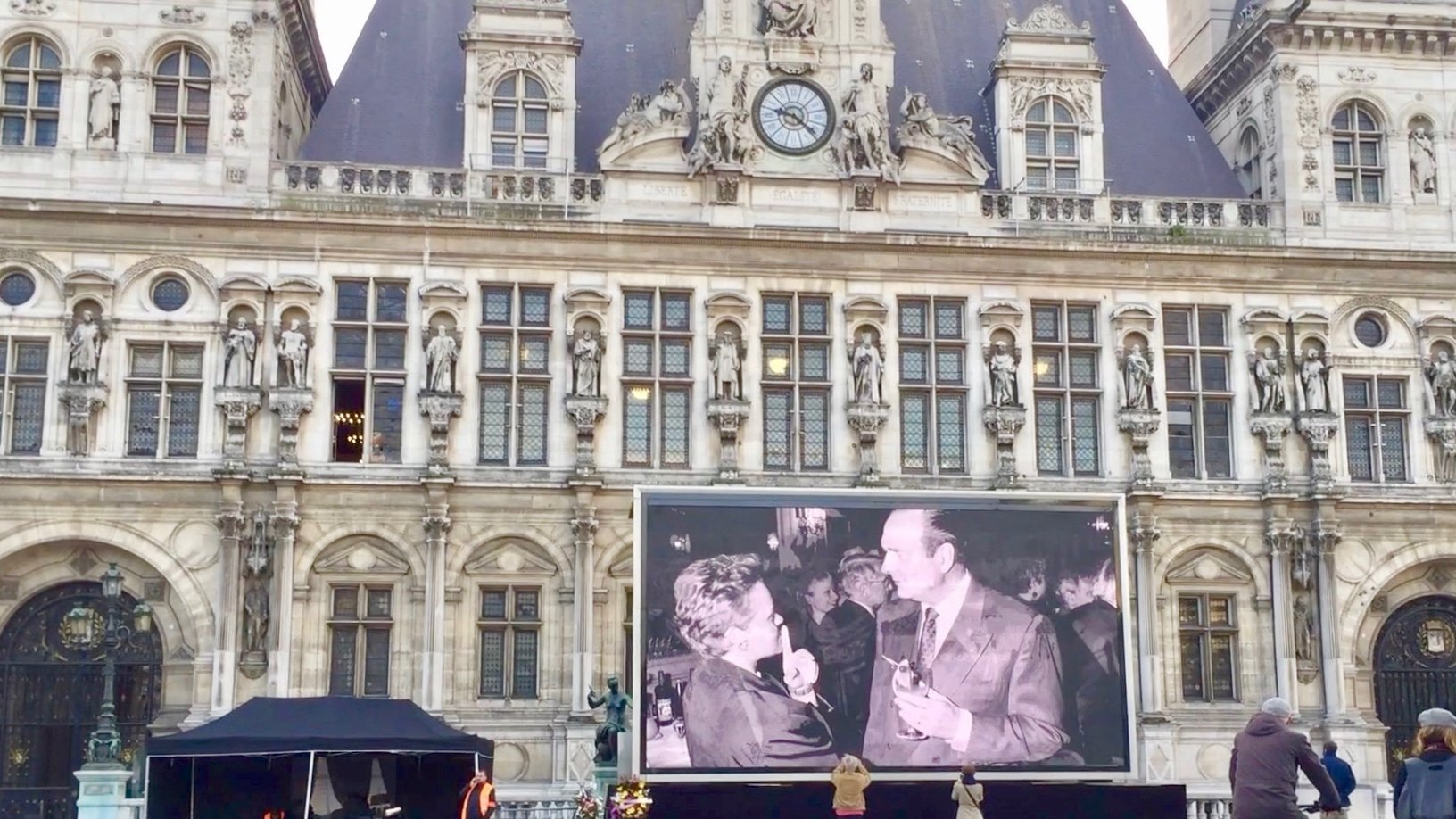 Image in front of Hotel de Ville in hommage to Jacques Chirac